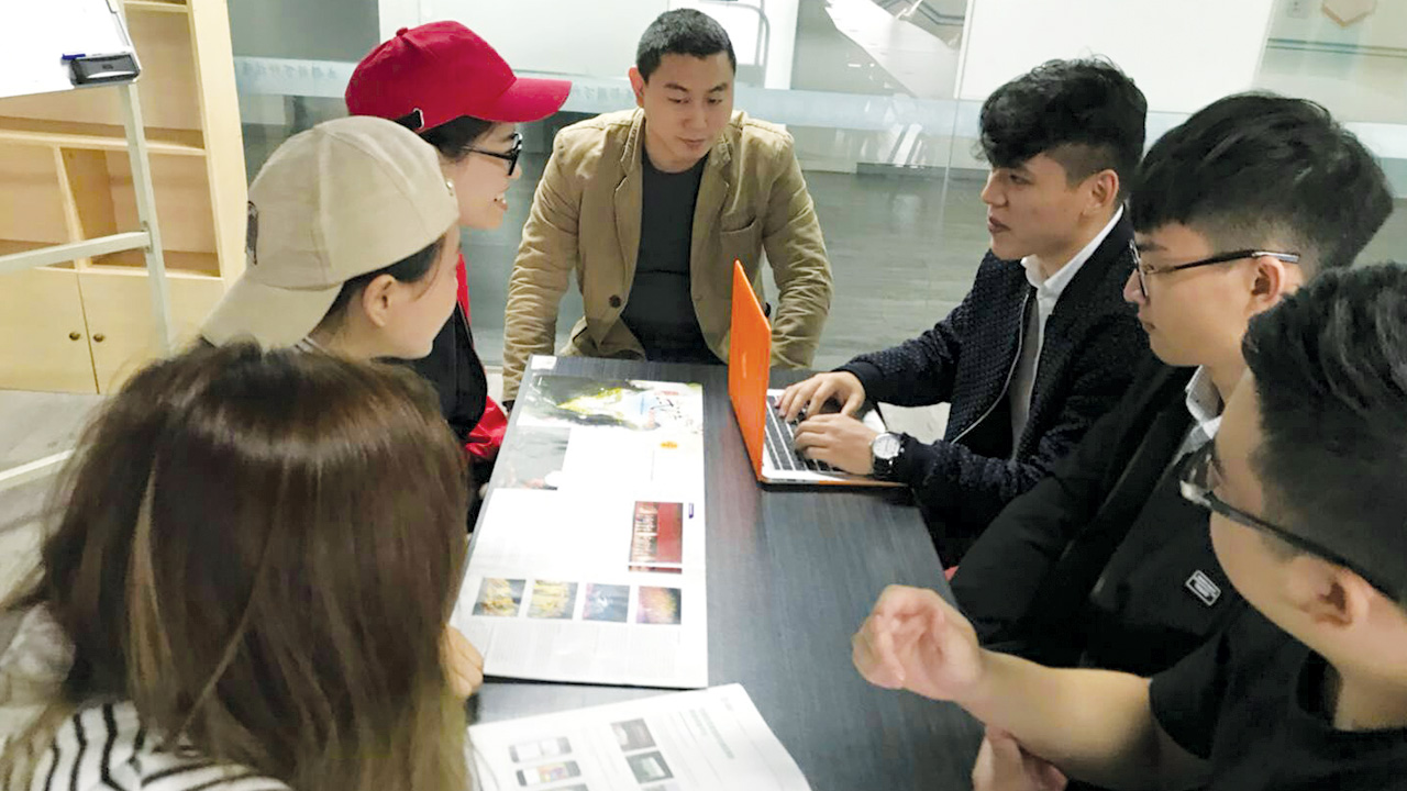 The SIT and SBM students working in their group discussing with their supervisor and Chinese peers.